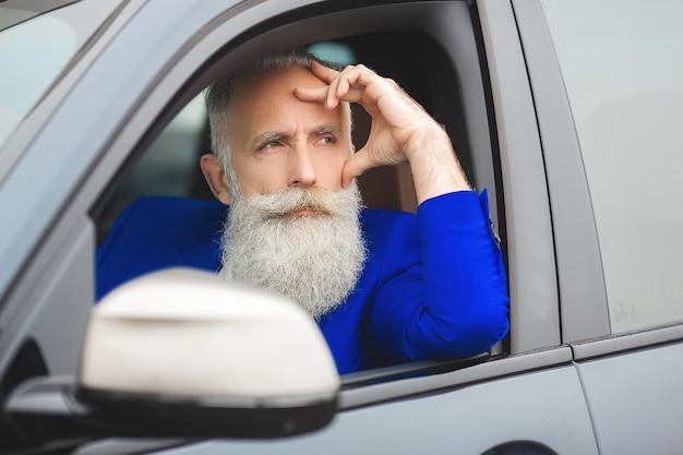 Volwassen man die nieuwe auto kiest
