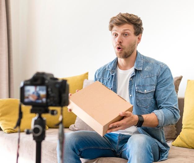 Volwassen man die unboxing-video opneemt voor blog