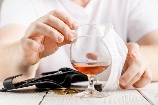 Volwassen man drinkt alcohol thuisquarantaine veroorzaakt door coronavirus