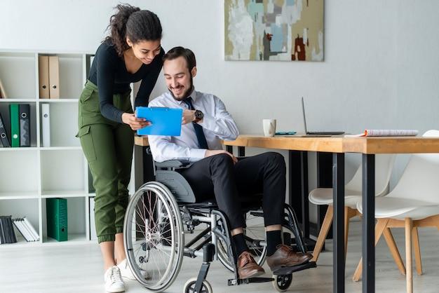 Volwassen man en vrouw die op het kantoor samenwerken