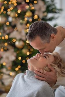 Volwassen man en vrouw gaan close-up kussen