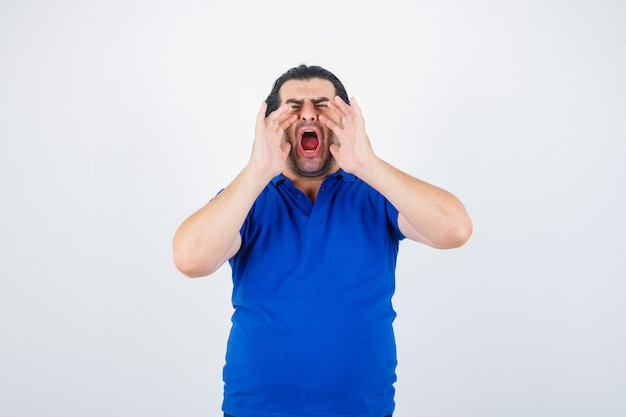 Volwassen man hand in hand in de buurt van mond als iemand in blauw t-shirt belt