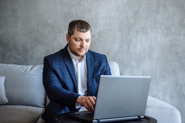 Volwassen man in pak zakenman aan het werk op laptop