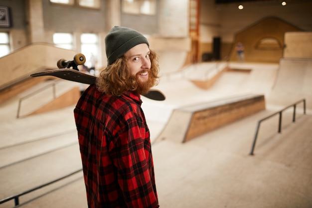 Volwassen man in skating park