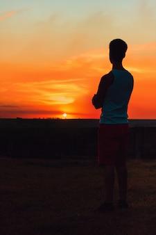 Volwassen man kijken naar de zonsondergang