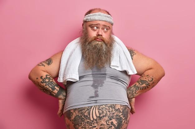Volwassen man met baard werd bezweet tijdens zijn trainingssessie