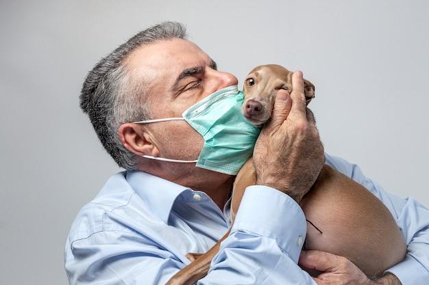 Volwassen man met beschermend masker voor coronavirus