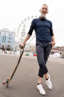 Volwassen man met duurzaam mobiliteitskateboard