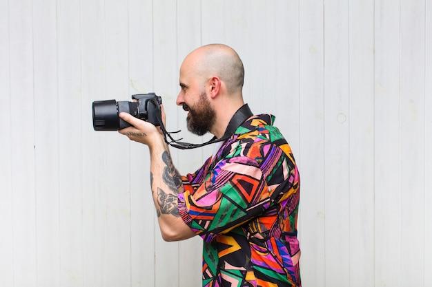 Volwassen man met een fotocamera