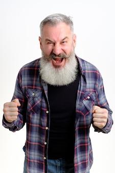 Volwassen man met vuisten verdediging gebaar, boos en boos man over witte achtergrond, klaar om te vechten, bang voor problemen