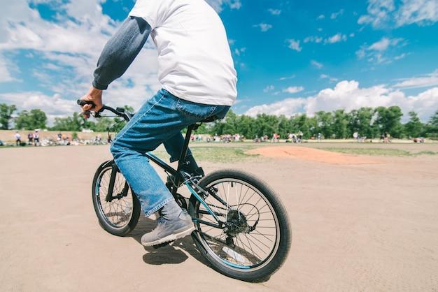 Volwassen man rijdt op een babyfiets. een man steelt een fiets.