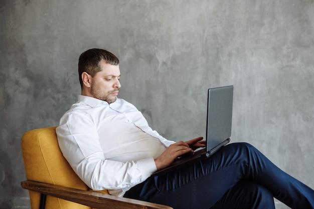 Volwassen man zakenman die op laptop werkt via internet