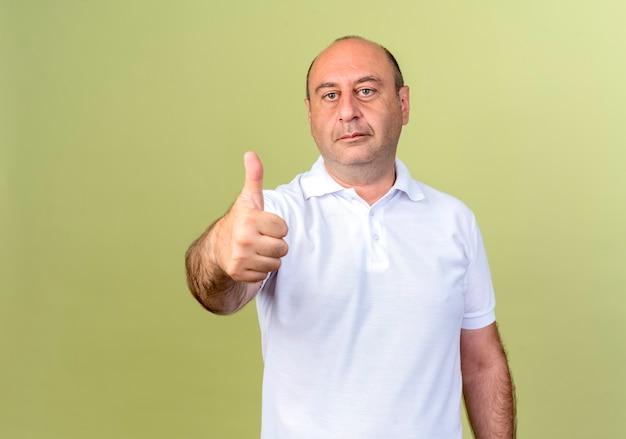 Volwassen man zijn duim omhoog geïsoleerd op olijfgroen