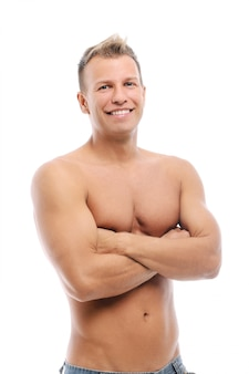 Volwassen man zonder shirt poseren in studio