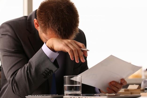 Volwassen mannelijk zakenman holdong document blad