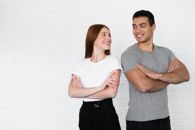 Volwassen mannelijke en jonge vrouw die samen stellen