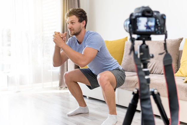 Volwassen mannelijke opname oefeningen thuis