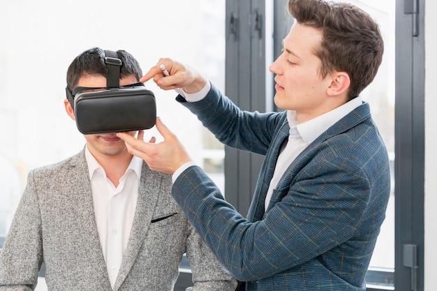 Volwassen mannen die nieuwe technologie presenteren
