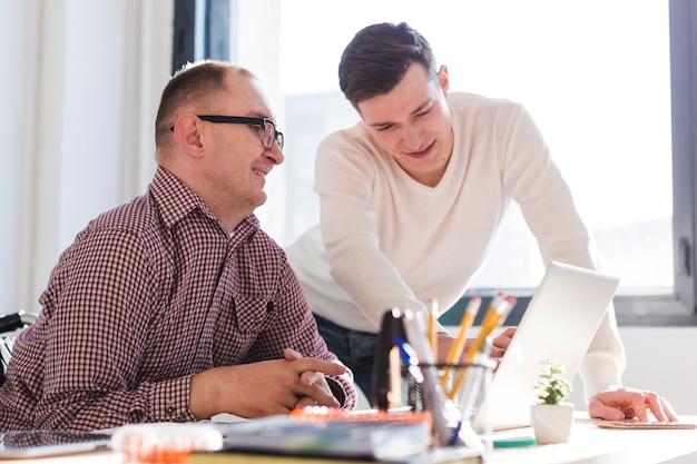 Volwassen mannen samen te werken op kantoor