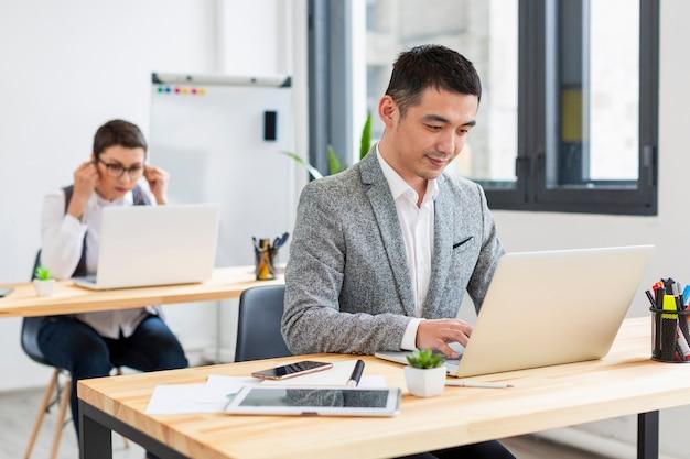 Volwassen mannen werken aan project op kantoor
