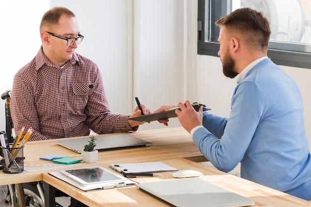 Volwassen mannen werken samen op kantoor
