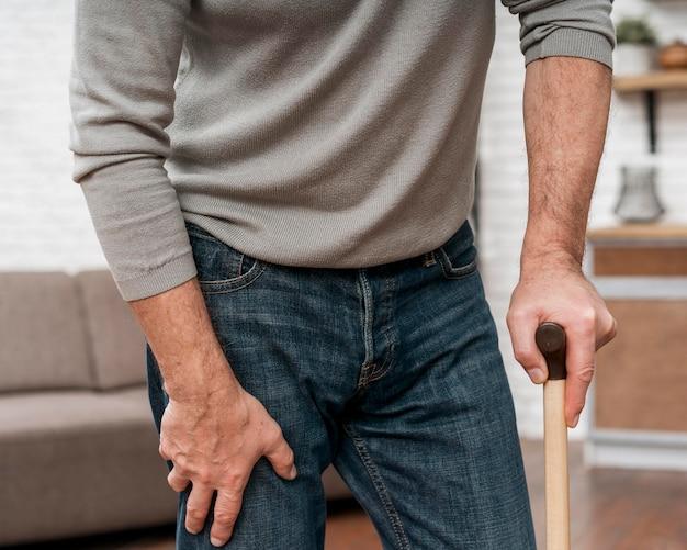 Volwassen mannetje dat krukken gebruikt om te lopen