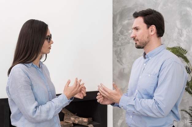 Volwassen mannetje en vrouw die trouwringen opstijgen