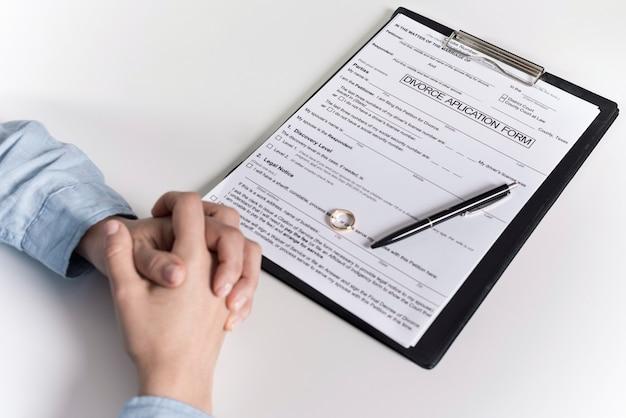 Volwassen mannetje klaar om scheidingsformulier te ondertekenen