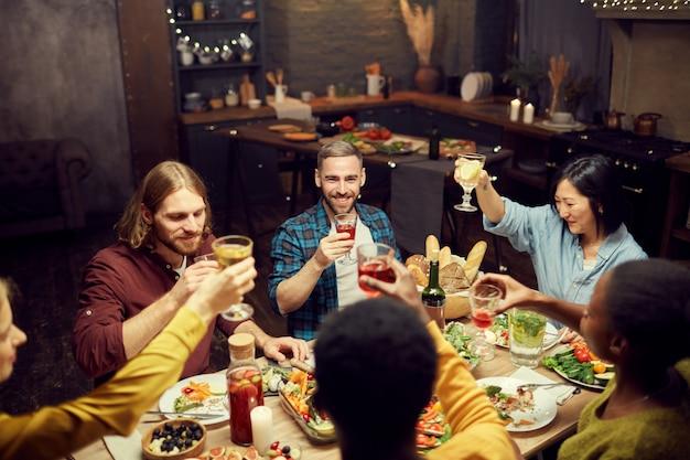 Volwassen mensen genieten van diner