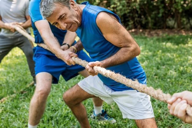 Volwassen mensen in touwtrekken