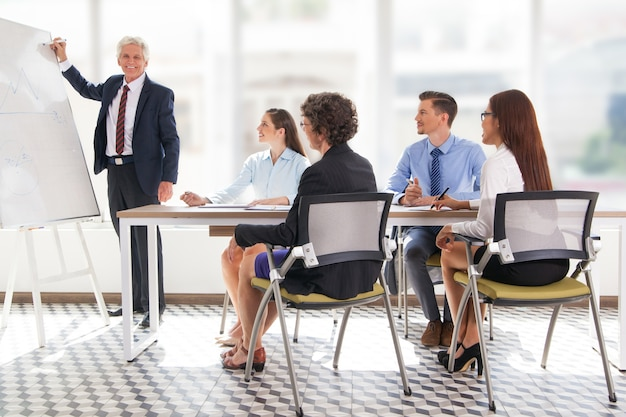 Volwassen mensen uit het bedrijfsleven werknemer kantoor