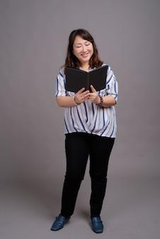 Volwassen mooie aziatische zakenvrouw bedrijf boek