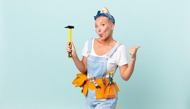 Volwassen mooie vrouw met een hamer. reparatie concept