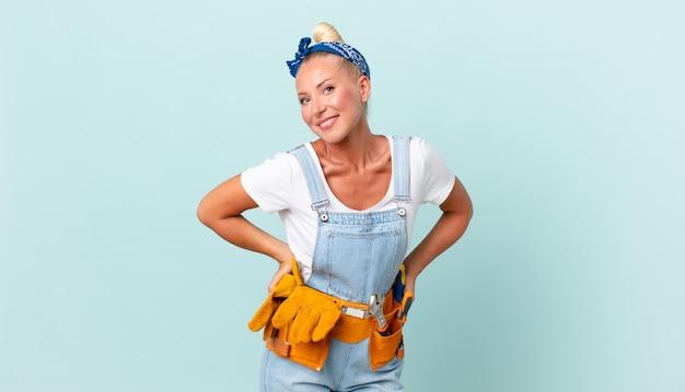Volwassen mooie vrouw met hulpmiddelen. reparatie concept