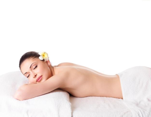 Volwassen mooie vrouw ontspannen in spa salon