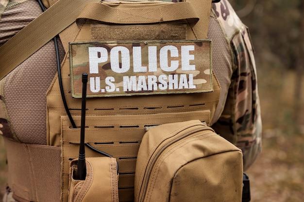 Volwassen oorlogsteamspellen met wapens, airsoft of strikeball, in het bos. us army rangers in gevechtsuniformen politie us marshal met wapen. amerikaanse soldaat in bos militair uniform met pistool