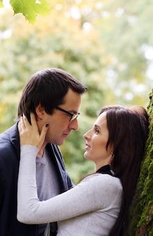 Volwassen paar dat een goede familiedag in het park heeft