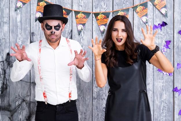 Volwassen paar dat halloween viert