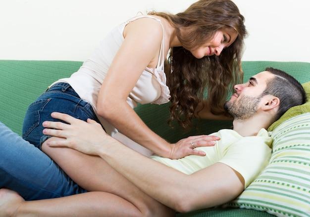 Volwassen paar op bank in huis