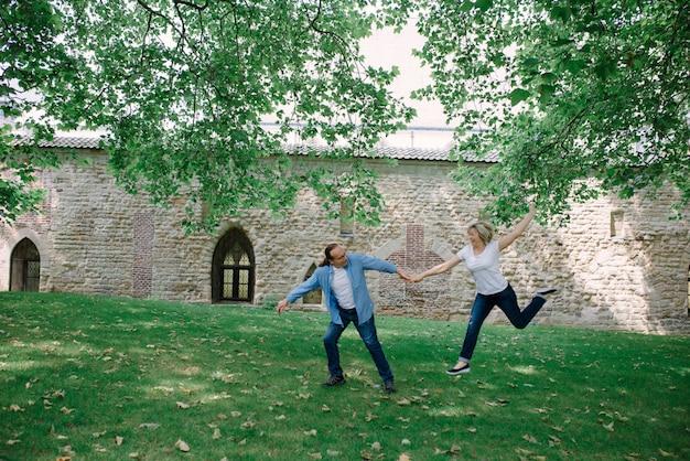 Volwassen paar wandelen door het gras