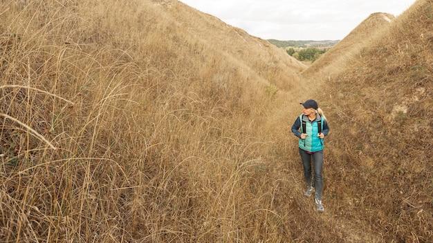 Volwassen reiziger die op een weg wandelt