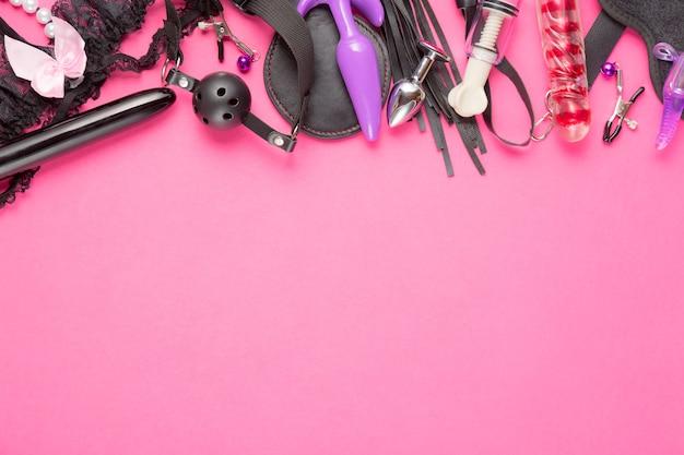 Volwassen speelgoed op roze. plat leggen