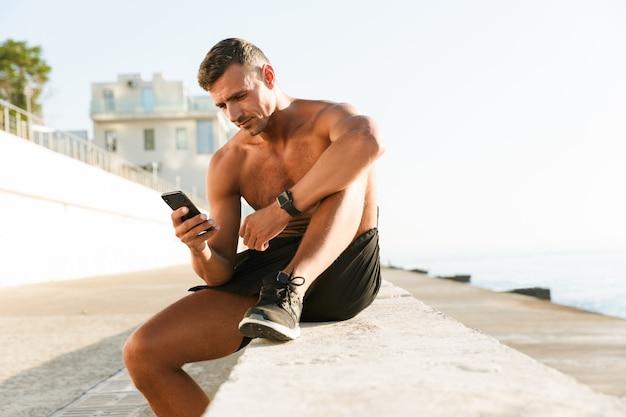 Volwassen sportman chatten via de mobiele telefoon