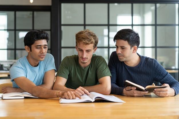 Volwassen studenten die presentatie voor klasse voorbereiden