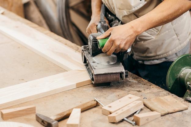Volwassen timmerman die in zijn atelier werkt