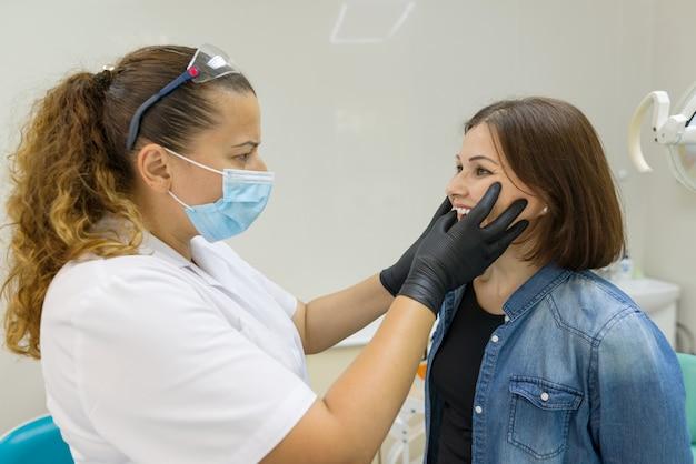 Volwassen vrouw die aan tandpijn lijdt