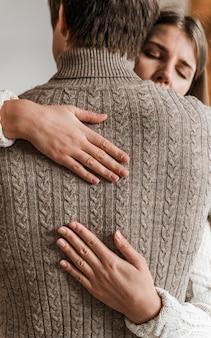 Volwassen vrouw die haar echtgenoot koestert