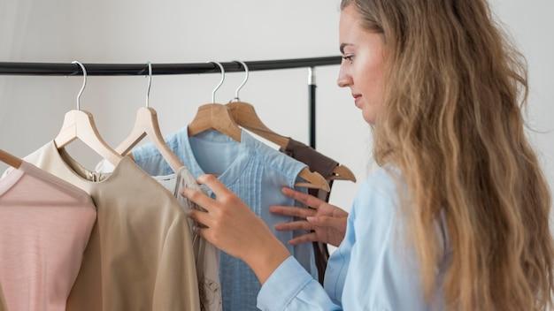 Volwassen vrouw die nieuwe kleren uitprobeert