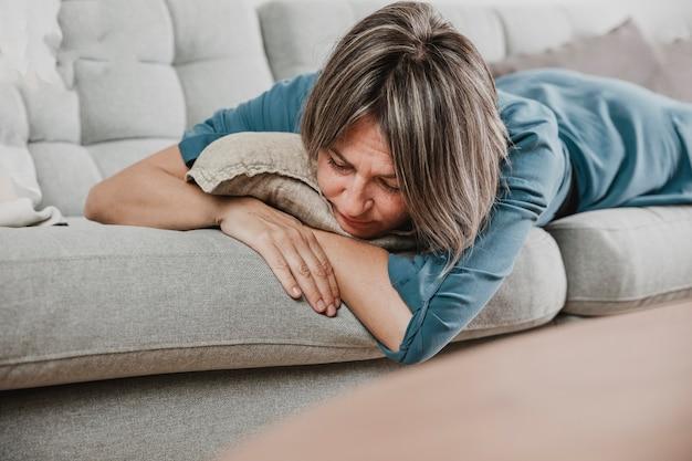 Volwassen vrouw die thuis benadrukt