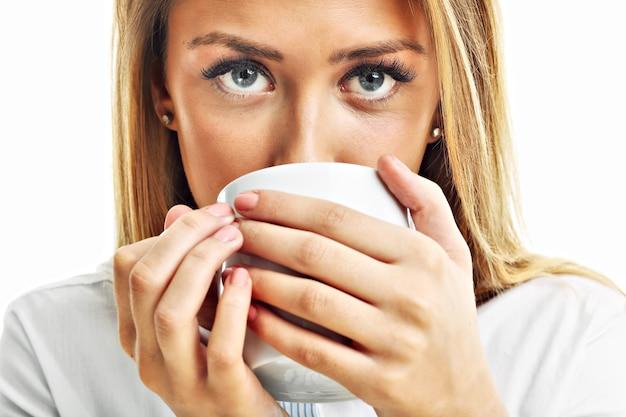 Volwassen vrouw drinken kopje thee koffie geïsoleerd over white